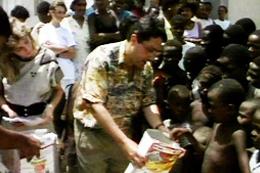 Apóstolo Jorge Tadeu e sua esposa na distribuição de toneladas de alimentos em África